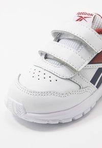Reebok - ALMOTIO 5.0 - Chaussures de running neutres - white/red/collegiate navy - 2