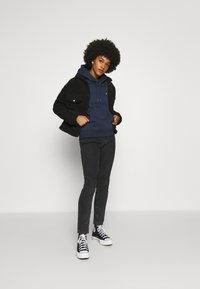 Tommy Jeans - REGULAR HOODIE - Sweat à capuche - blue - 1