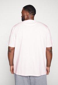Lyle & Scott - Basic T-shirt - strawberry cream - 2