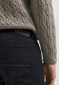 Massimo Dutti - MIT WEBKANTE - Slim fit jeans - black - 4