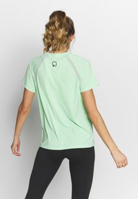ONLY Play - ONPPERFORMANCE TRAINING LOOSE - Basic T-shirt - green ash/black - 2