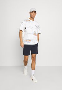 Scotch & Soda - ALLOVER TEE - T-shirt con stampa - off-white - 1