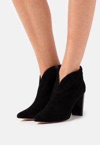 Caprice - Kotníková obuv na vysokém podpatku - black - 0