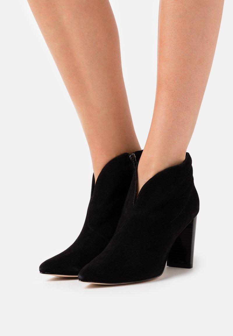 Caprice - Kotníková obuv na vysokém podpatku - black