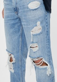 Bershka - VINTAGE  IM STRAIGHT-FIT MIT RISSEN - Straight leg jeans - blue denim