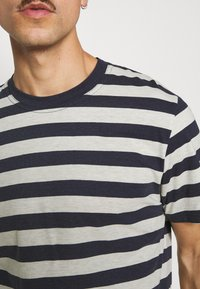Selected Homme - MAXWELL ONECK TEE - Print T-shirt - sky captain/melange - 3