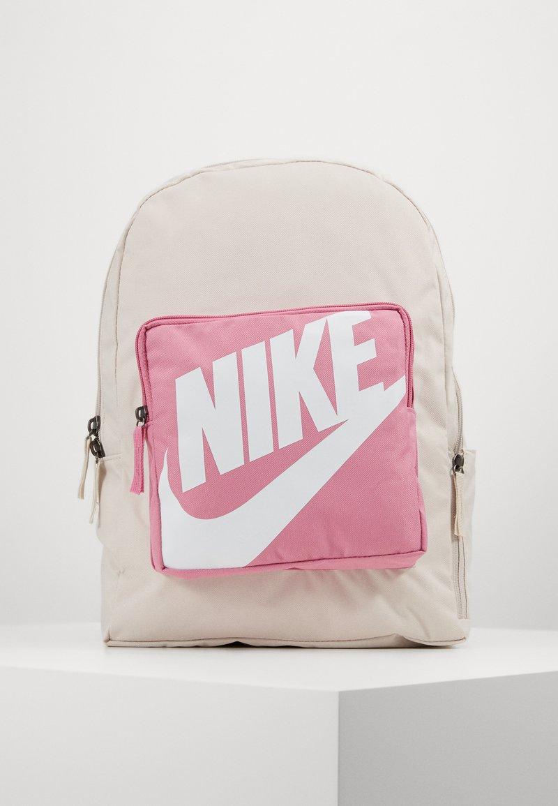 Nike Sportswear - CLASSIC - Batoh - light orewood brown/magic flamingo/white