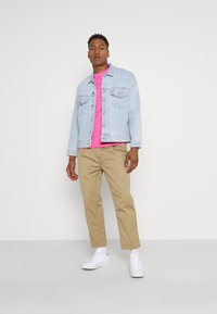 Nike Sportswear - CLUB TEE - T-shirt - bas - pinksicle/white - 1