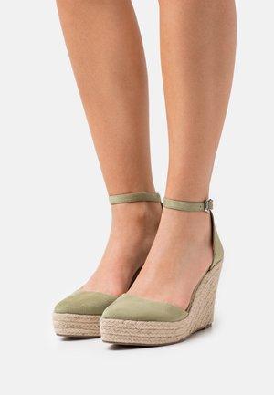 WIDE FIT FYNN - Platform heels - green