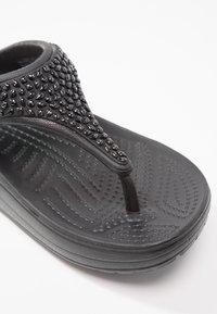 Crocs - SLOANE EMBELLISHED FLIP - Tongs - black - 5