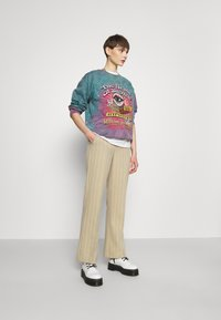 BDG Urban Outfitters - REALM OF SILENCE TIE DYE CREWNECK - Sweater - green - 1