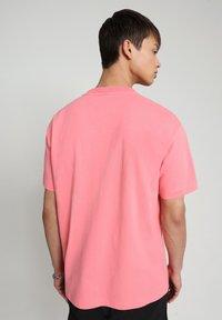 Napapijri - BEATNIK - Print T-shirt - pink strawberry - 2