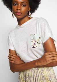 Rich & Royal - WITH POCKET - Print T-shirt - pearl white - 5