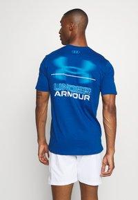 Under Armour - BLURRY LOGO WORDMARK  - T-shirt imprimé - graphite blue/electric blue - 2
