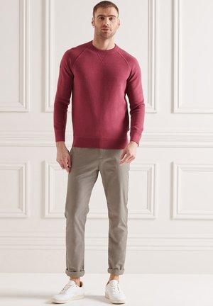 Stickad tröja - deep ruby