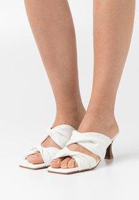 mtng - ANA - Pantofle na podpatku - manchester blanco - 0