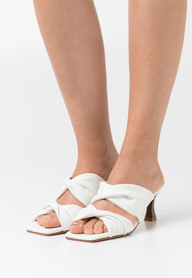 mtng - ANA - Pantofle na podpatku - manchester blanco