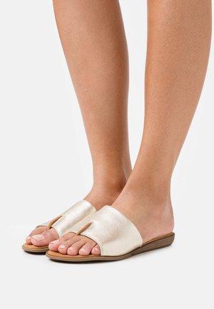 ACHO - Sandály s odděleným palcem - platino