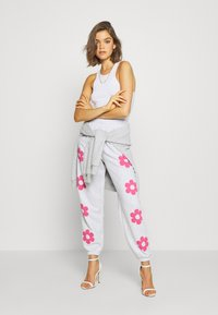 NEW girl ORDER - FLOWER POWER  - Pantalones deportivos - grey