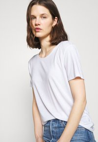 Marks & Spencer London - CREW  - Camiseta básica - white - 4