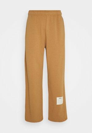GARMENT DYED WIDE LEG JOGGERS - Teplákové kalhoty - tan