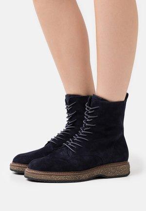 BOOTS - Kotníkové boty na platformě - navy