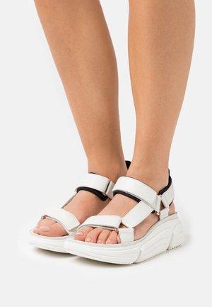 TRICOMET GO - Sandály na platformě - white