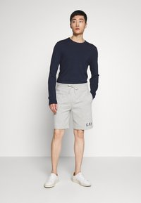 GAP - NEW ARCH LOGO - Shorts - light heather grey - 1