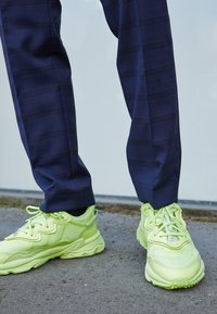 adidas Originals - OZWEEGO UNISEX - Trainers - frozen yellow - 2