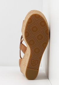UGG - KOLFAX - Sandalen met hoge hak - almond - 6