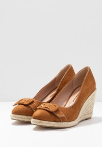 Dorothy Perkins - EVE BUCKLE WEDGE COURT - Escarpins à talons hauts - tan - 4