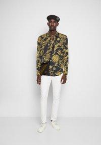 Versace Jeans Couture - PRINT REGALIA BAROQUE - Shirt - nero/oro - 4