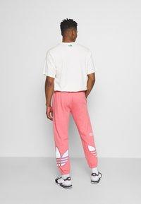 adidas Originals - UNISEX - Träningsbyxor - light pink - 2