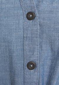 Vero Moda - VMAKELA CHAMBRAY LONG SHIRT DRES - Denimové šaty - medium blue denim - 2