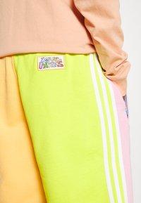 adidas Originals - LOVE UNITES UNISEX  - Short - multicolour - 5