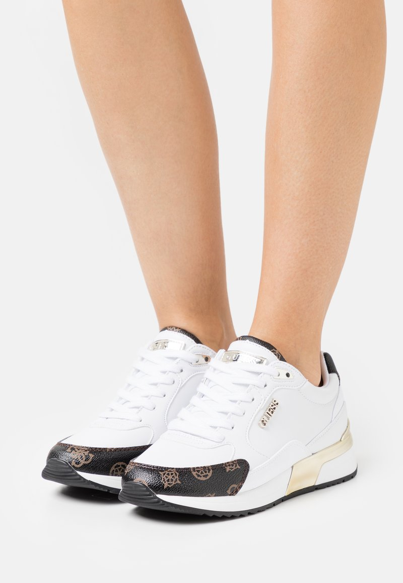 Guess - MOXEA - Sneakers basse - white/brown