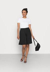 Pieces Petite - PCTEIGEN SHORTS - Shorts - black - 1