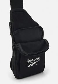 Reebok Classic - SMALL SLING BAG UNISEX - Across body bag - black - 2