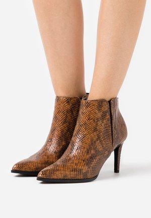 VMLIZA  - Kotníková obuv na vysokém podpatku - cognac