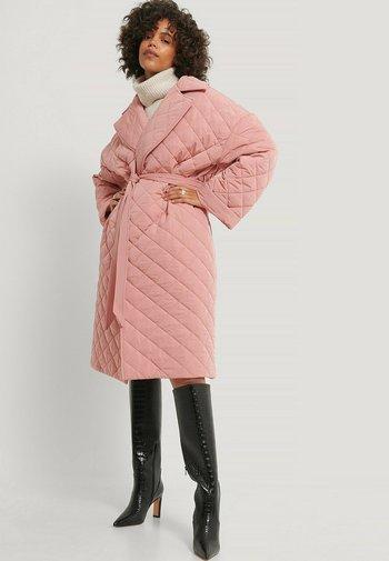 Klasyczny płaszcz - dusty pink