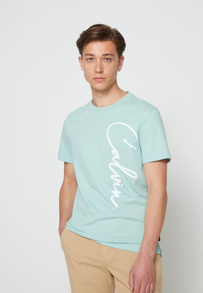 Calvin Klein - SUMMER SCRIPT LOGO - T-Shirt print - green