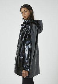 PULL&BEAR - Regenjacke / wasserabweisende Jacke - black - 3