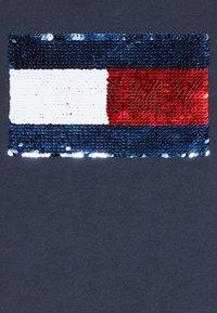 Tommy Hilfiger - FLAG FLIP SEQUINS TEE - T-shirt print - blue - 4