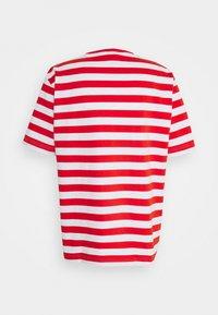 Holzweiler - HANGER STRIPED TEE - T-shirt print - red/white - 7