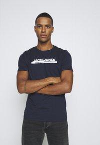 Jack & Jones - JORHARRY  TEE CREW NECK 3 PACK - T-shirt print - white/khaki/blue - 3