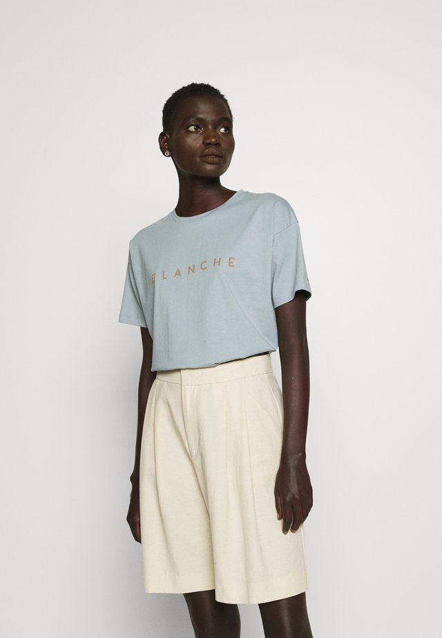 MAIN CONTRAST - T-shirts - dusty blue