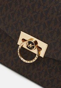 MICHAEL Michael Kors - HENDRIX - Handbag - brown/black - 3