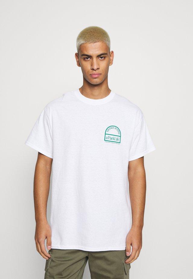 PARKS OF LONDON GRAPHIC TEE - T-shirt z nadrukiem - white