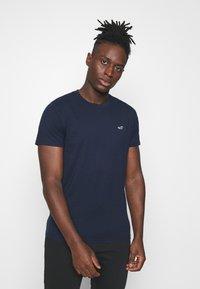 Hollister Co. - CREW 7 PACK - T-shirt basic - white/burg/beige/navy/grey siro/green/black - 4