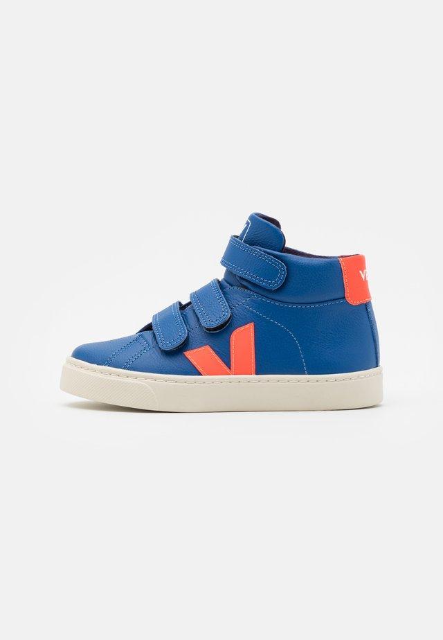 SMALL ESPLAR MID UNISEX - Sneakers hoog - indigo/orange fluo